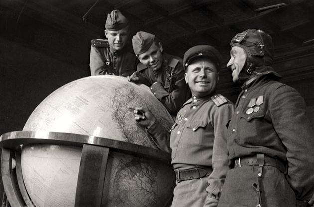 1945-soviet-soldiers-hitlers-globe