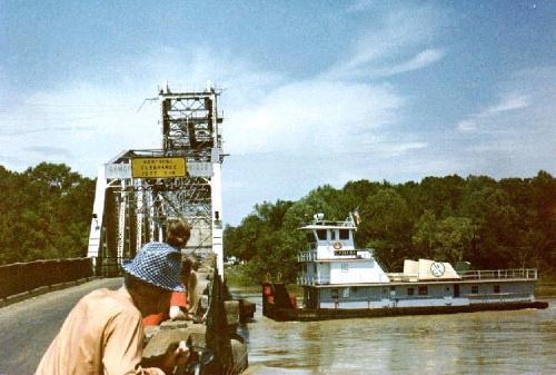 towboat_under_bridge_140714b
