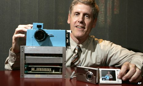 Steve-Sasson-with-the-first-ever-digital-camera-he-invented-for-Kodak_140814