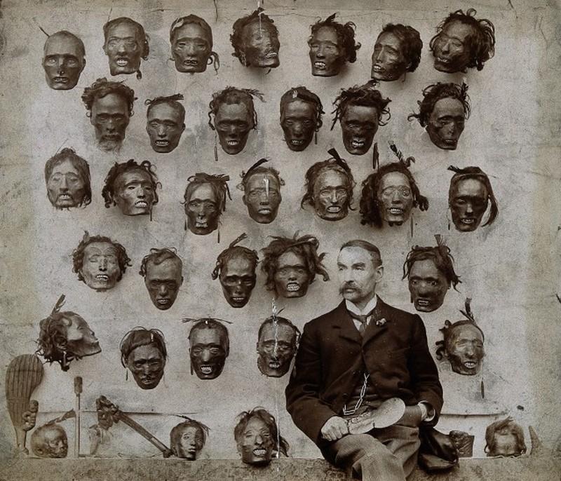1895. Horatio Gordon Robley katona, tudos, a Mokomokai maori arctetovalas gyujtoje, tetovalt-arc kollekcioja elott.