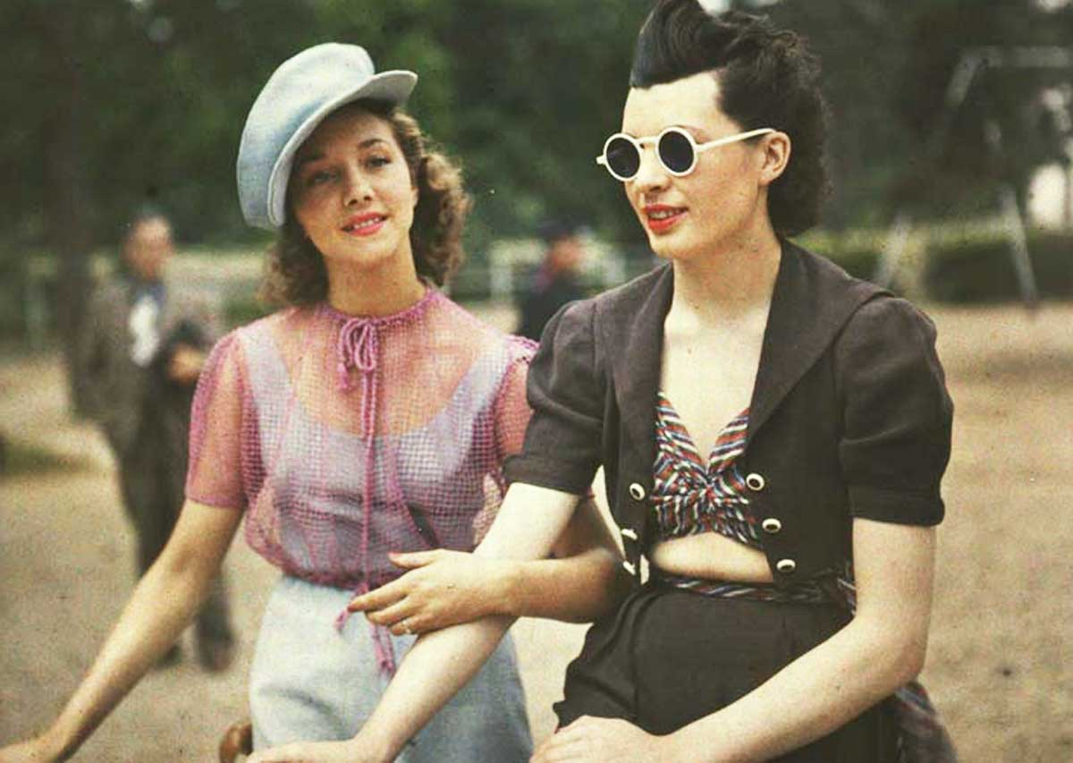 1930_A rare color photograph of two Parisian women from 1930