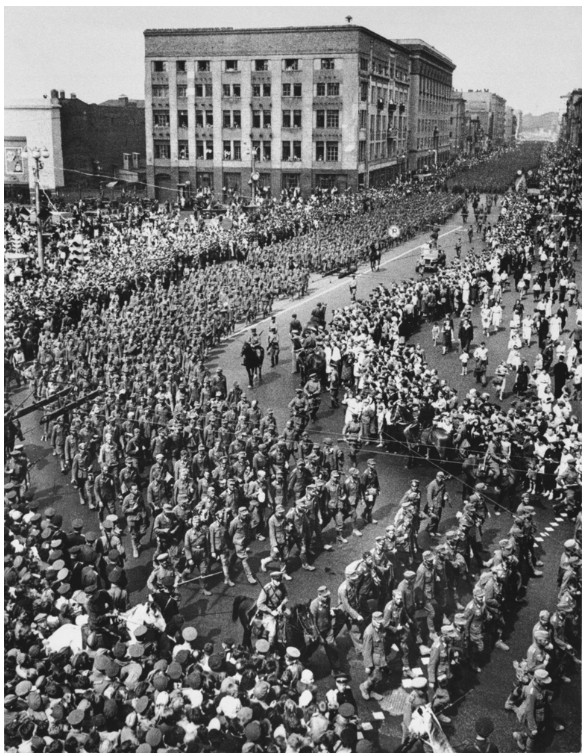 1944. Juliusaban a Voros Hadsereg folenyet demonstralando, 57.000 nemet hadifoglyot vezettek keresztul Moszkva belvarosan