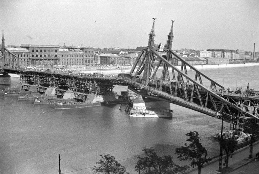 1945. Az ideiglenesen hasznalhatova tett Szabadsag-hid az ostrom utan