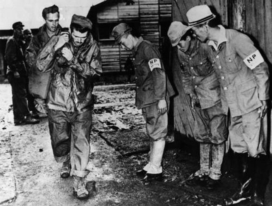 1945. Japan kapitulaciojat kovetoen a yokohamai fogolytaborbol szabadulo hadifoglyok elott meghajolnak a japan orok