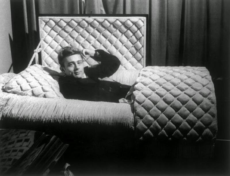 1955. januar. James Dean szulovarosaba latogatva jo otletnek tartotta, hogy a helyi temetkezesi vallakozo koporsoiban pozoljon. Mag az ev szeptembereben autobalesetben elhunyt. C'est la vie