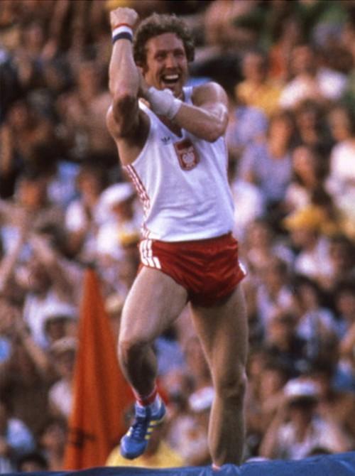1980. Moszkvai olimpia. Wladyslaw Kozakiewicz rudugro aranyermes ugrasa utan bemutat a szovjet szurkoloknak, akik hangosan kifutyultek.