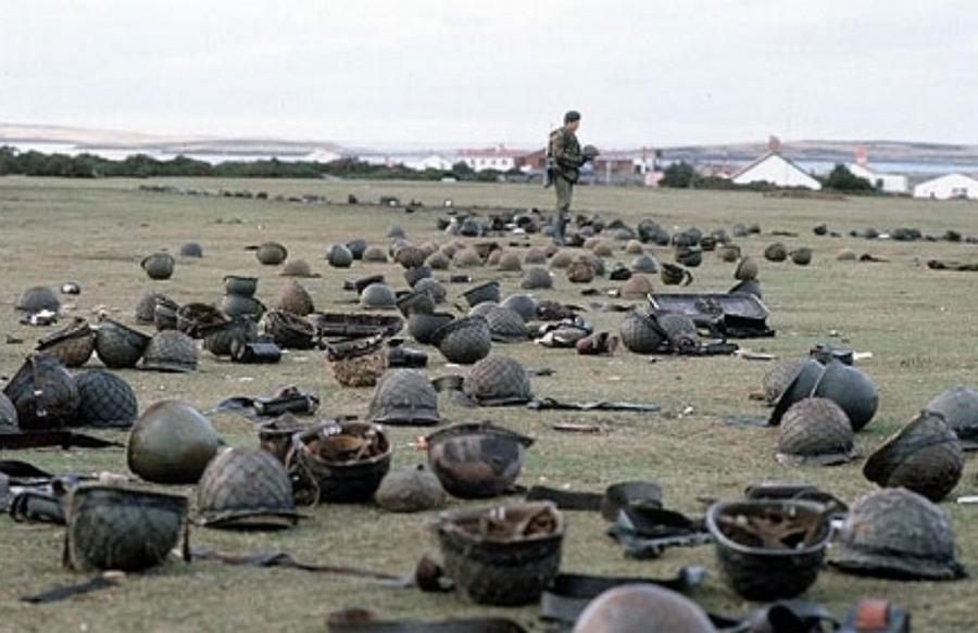 1982. majus. Brit katona nezegeti az eldobalt argentin sisakokat a Goose Green-i csata utan a Falkland-szigeten