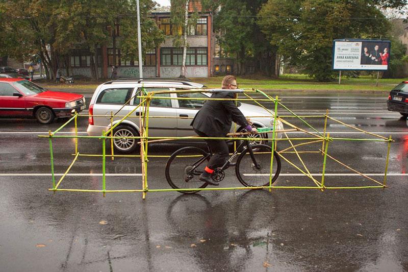 latvian-cyclists-demonstration-cars-141014_1