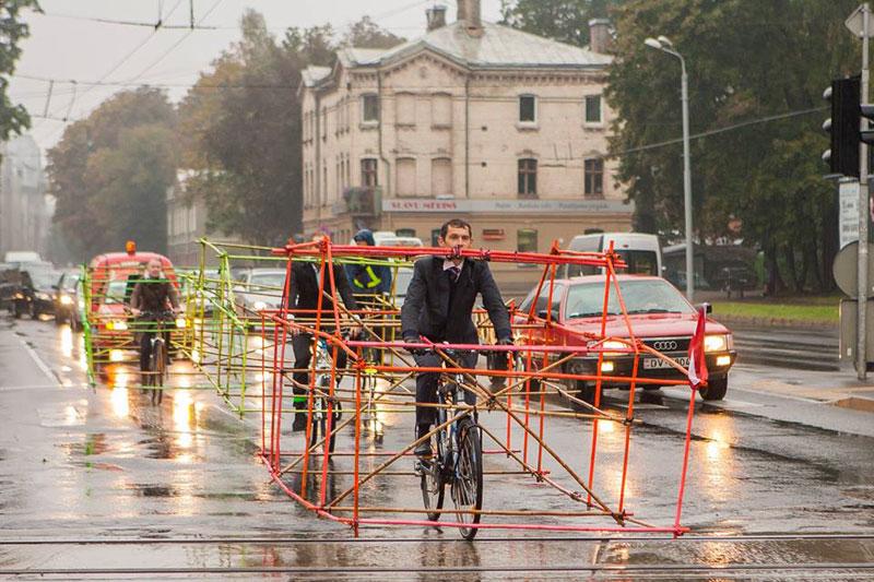 latvian-cyclists-demonstration-cars-141014_2