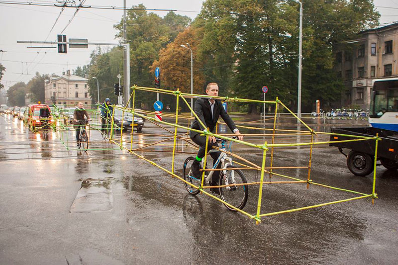latvian-cyclists-demonstration-cars-141014_3