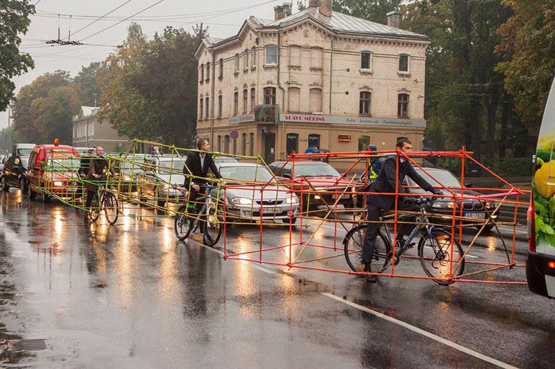 latvian-cyclists-demonstration-cars-141014_4