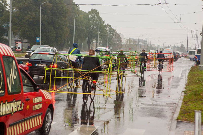 latvian-cyclists-demonstration-cars-141014_5