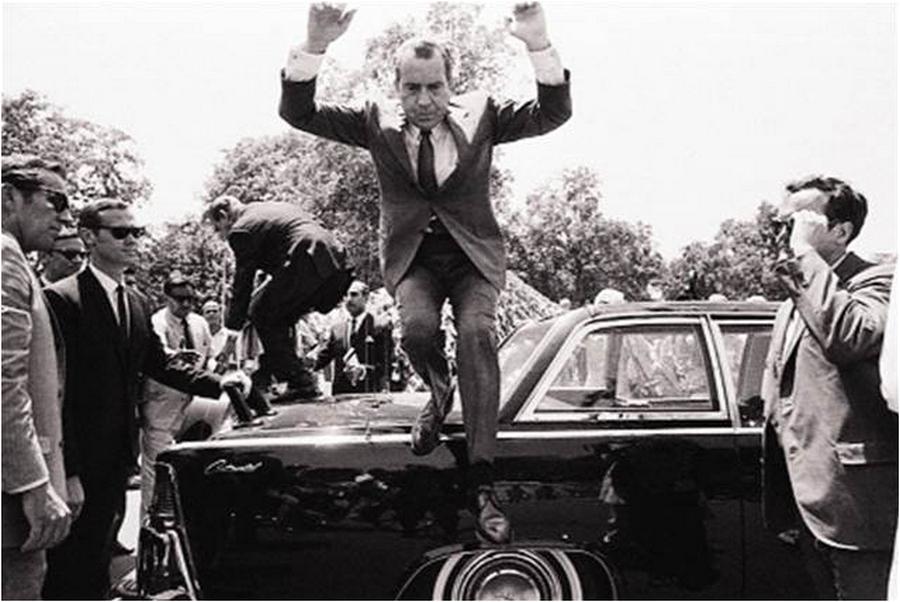1969_lahore_paxistan_nixon_jumps_off_car