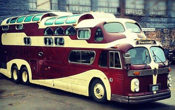 peacemaker_bus_from_outside_and_inside_0b