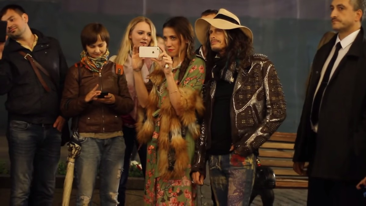 aerosmith-steven-tyler-sings-with-street-musician-moscow