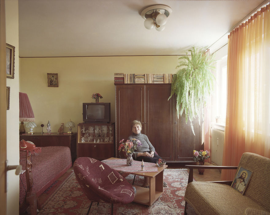 10-identical-apartments-10-different-lives-documented-by-romanian-artist-2