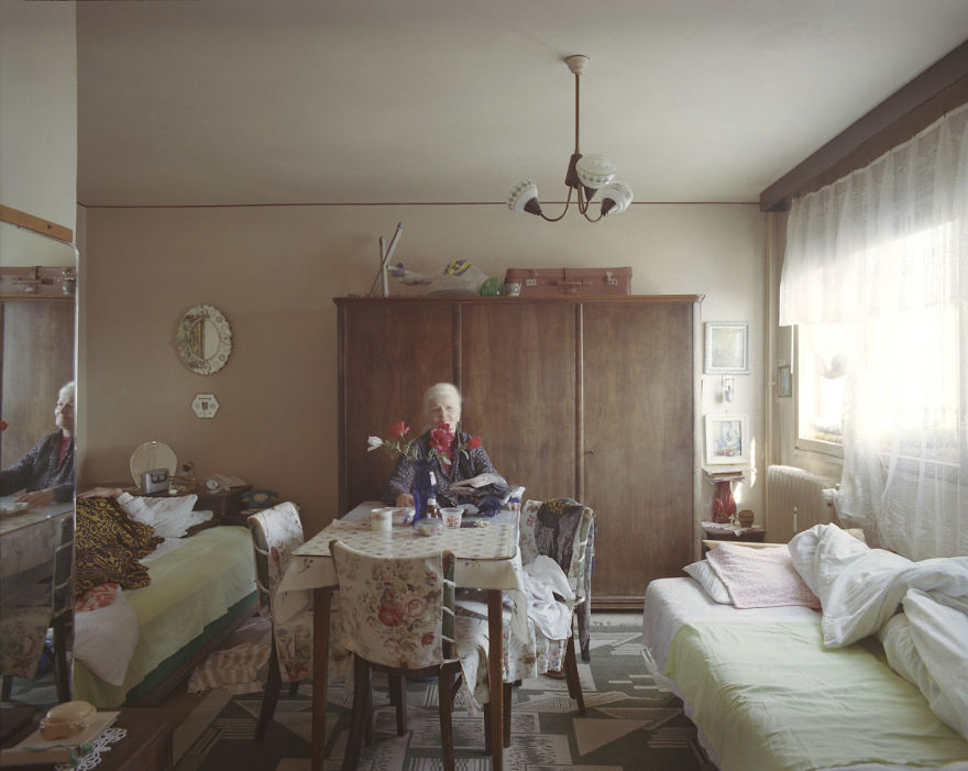 10-identical-apartments-10-different-lives-documented-by-romanian-artist-3