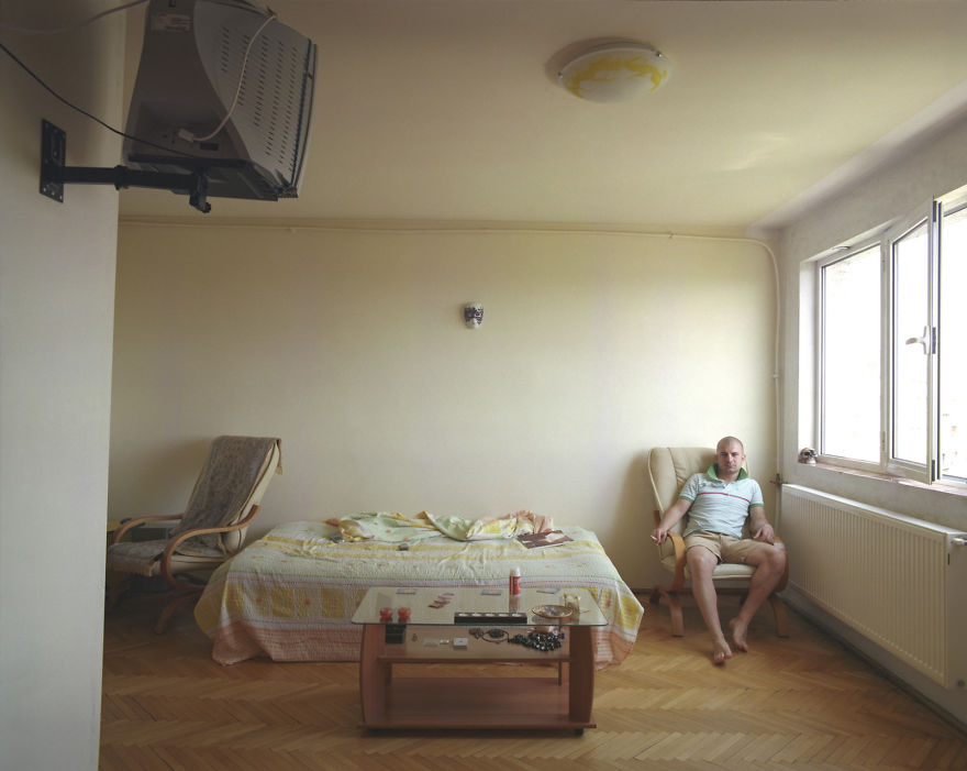 10-identical-apartments-10-different-lives-documented-by-romanian-artist-4