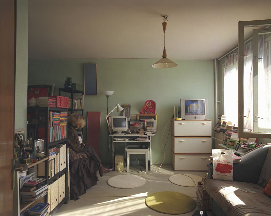 10-identical-apartments-10-different-lives-documented-by-romanian-artist-5
