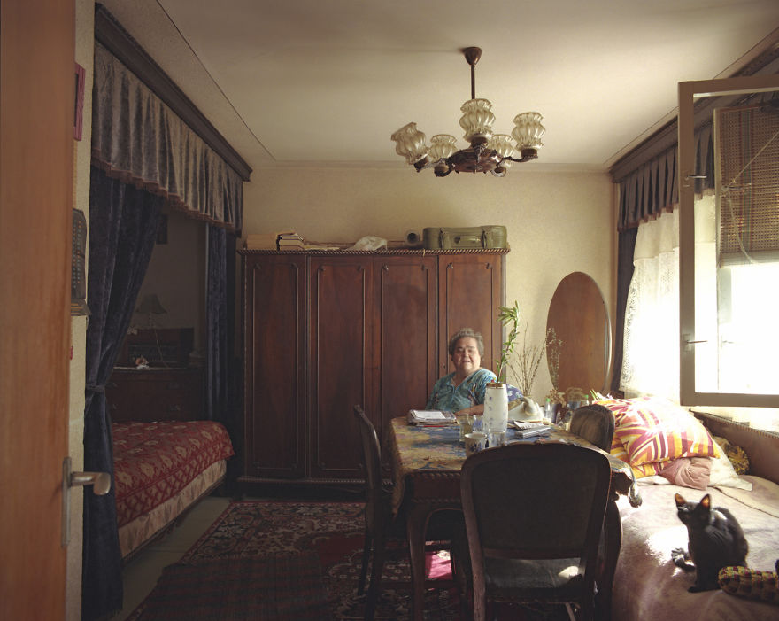 10-identical-apartments-10-different-lives-documented-by-romanian-artist-6