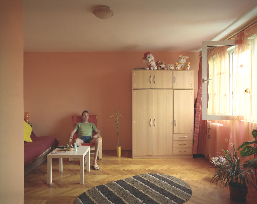 10-identical-apartments-10-different-lives-documented-by-romanian-artist-7
