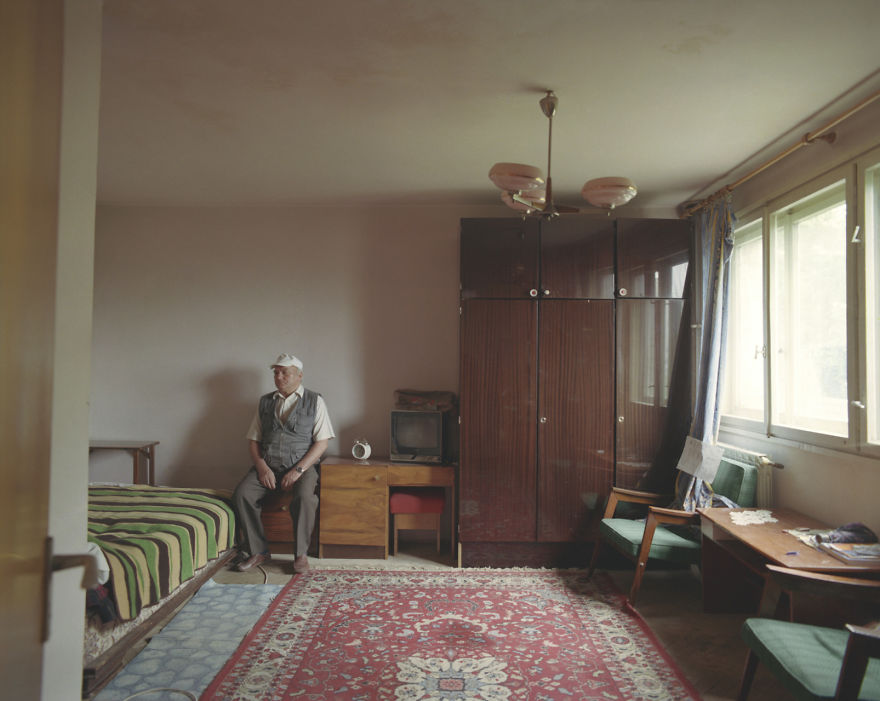 10-identical-apartments-10-different-lives-documented-by-romanian-artist-8