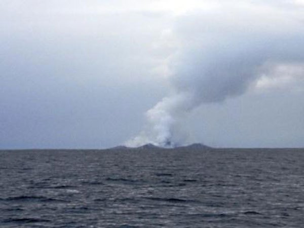 boaters-witness-birth-of-an-island-underwater-volcano-11