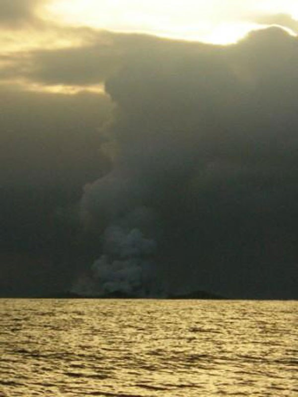 boaters-witness-birth-of-an-island-underwater-volcano-12