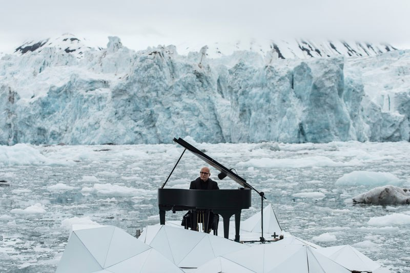 musician-plays-piano-in-the-middle-of-the-arctic-as-glacier-melts-behind-him-1