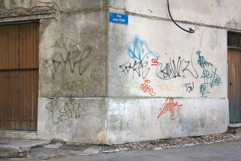 street-artist-makes-graffiti-legible-16