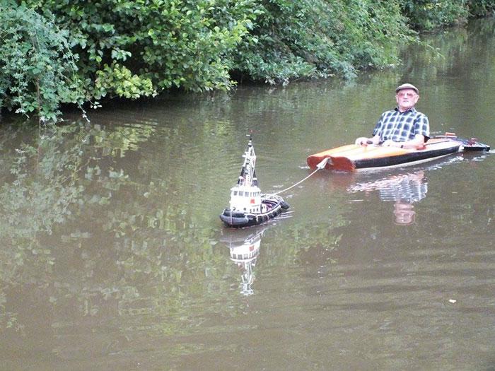 tiny-tug-boat-remote-control-old-man-1