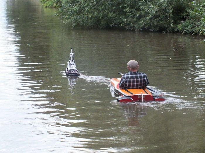 tiny-tug-boat-remote-control-old-man-2